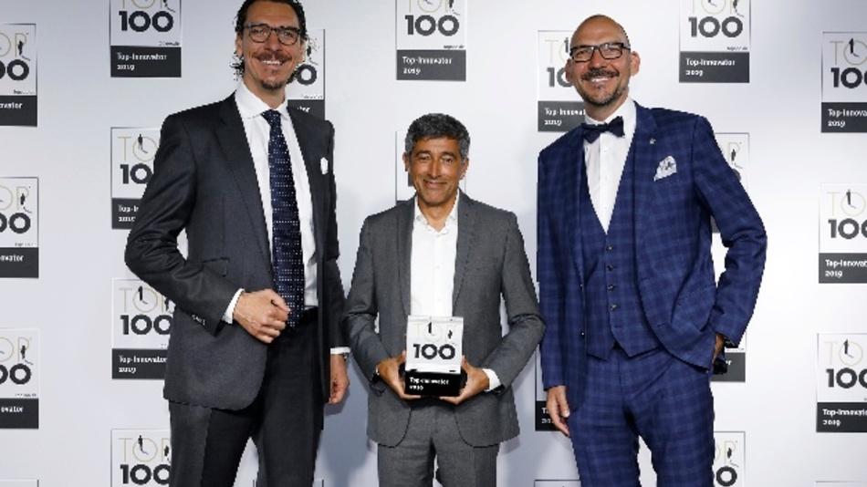 Auszeichnung Top 100 für die Deutsche Lichtmiete: Alexander und Marco Hahn mit Top-100-Mentor Ranga Yogeshwar (Mitte)