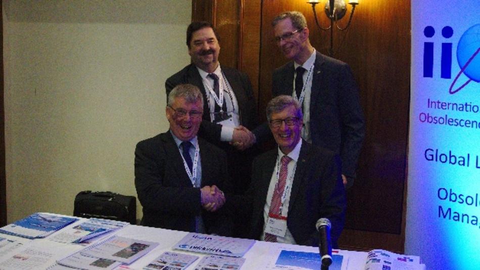 Vorne: Stuart Kelly, President des IIOM (links), und Dr. Wolfgang Heinbach, Vorstandsvorsitzender der COGD. Hinten: Jon Anslow, Leonardo, Vorsitzender des UK-Chapters (links), und Axel Wagner, Stellvertretender Vorsitzender der COGD
