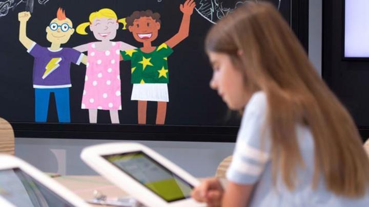 Kinder können bei Volkswagen selbstständig die Grundprinzipien der Elektromobilität mithilfe eines virtuellen Quiz erkunden.