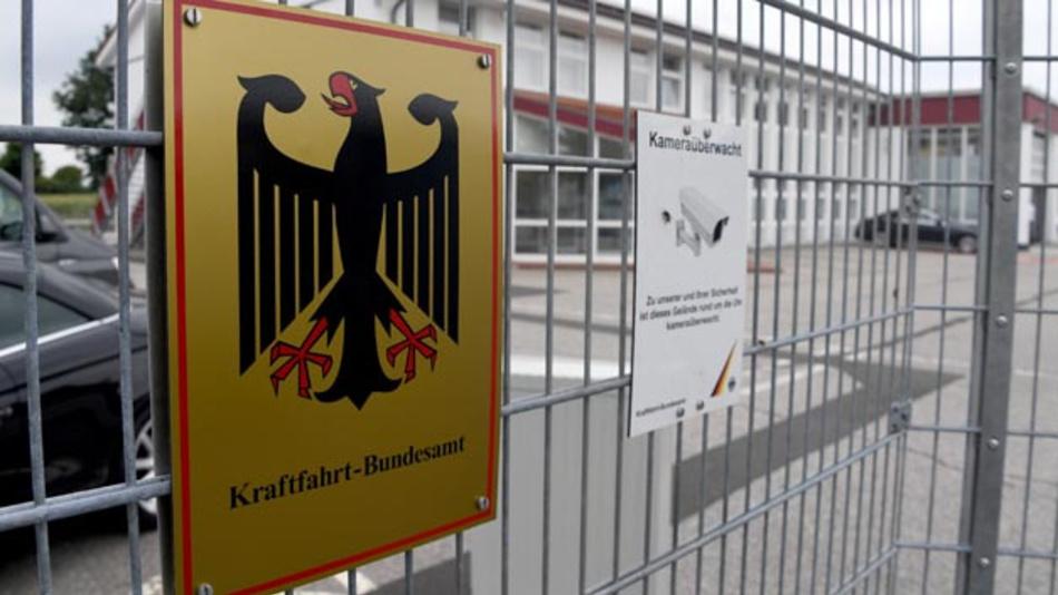 Bundesverkehrsminister Scheuer hat angesichts neuer Vorwürfe im Abgasskandal das Vorgehen des Ministeriums und des Kraftfahrt-Bundesamts gegen Autohersteller verteidigt.