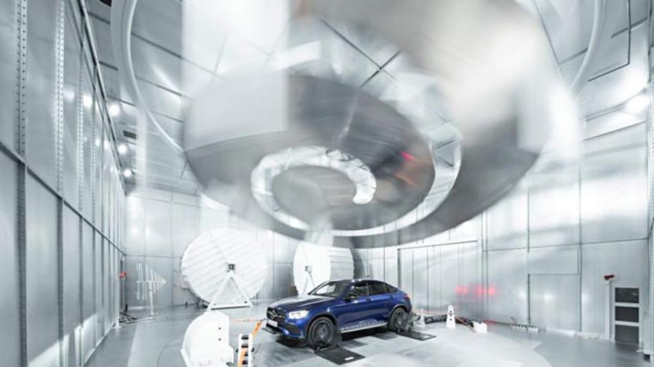 In der Modenverwirbelungskammer lassen sich Störfestigkeitsmessungen durchführen und gerade auch automatisiert fahrende Fahrzeuge umfassend auf ihre EMV-Störfestigkeit testen.