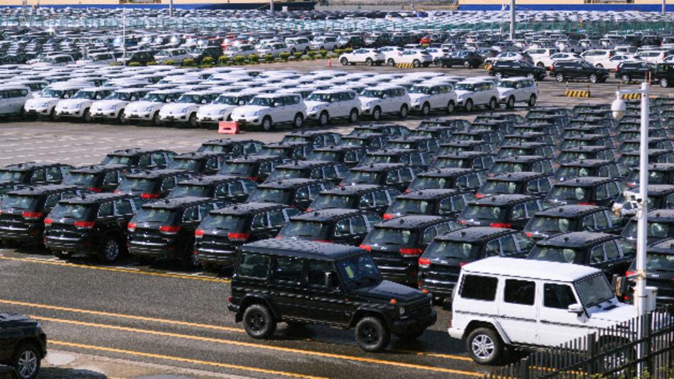 Neuwagen der US-amerikanische Automarke Jeep (M), die zum Konzern Fiat Chrysler Automobiles gehört, sind auf einem Parkplatz in der Nansha-Handelszone am Hafen geparkt. Im Vordergrund (r) stehen zwei Neufahrzeuge von Daimler.