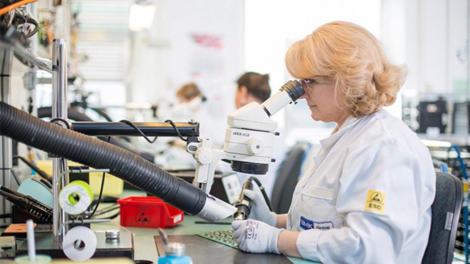 Reparatur einer SMT-Baugruppe unter dem Mikroskop.