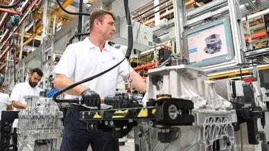 Mitarbeiter der ZF Friedrichshafen bauen Getriebe in einen Bus