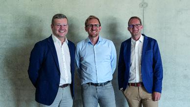 Stefan Seuferling (links), Vorstandsvorsitzender der Raumedic AG, und Innovationsmanager Dr. Thomas Ruhland (rechts) hießen Jörg Trinkwalter, Mitglied der Geschäftsleitung von Medical Valley, am Unternehmenshauptsitz herzlich willkommen.