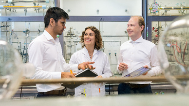 Die Erstautoren der Forschungskooperation im Catalysis Research Center (CRC) der Technischen Universität München (TUM): Dr. Batyr Garlyyev (Physik), Kathrin Kratzl, M.Sc. (Chemie), Marlon Rück, M.Sc. (Elektrotechnik) (v.l.n.r.)