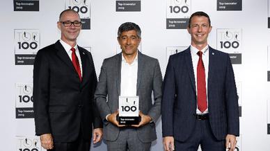 Wiha Geschäftsführer für Vertrieb und Marketing Ronny Lindskog (links) und Marketingleiter Mario Sommer (rechts) freuen sich über die zweite Auszeichnung im TOP 100 Wettbewerb, die Ihnen Ranga Yogeshwar (Mitte) feierlich überreichte.