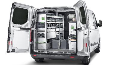 Werkstattfahrzeug mit offenem Kofferraum