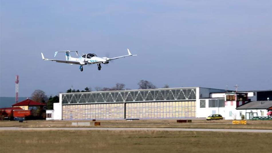 Fly-by-Wire Forschungsflugzeug DA42 der TU München bei einer automatischen Landung in Wiener Neustadt.