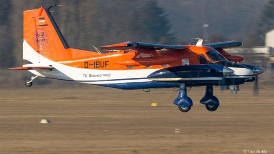 Forschungsflugzeug Dornier Do 128-6 ausgerüstet mit den optischen Sensoren bei Anflug auf den Flughafen Braunschweig.