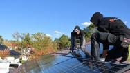 Zwei Handwerker montieren eine Solarpaneele