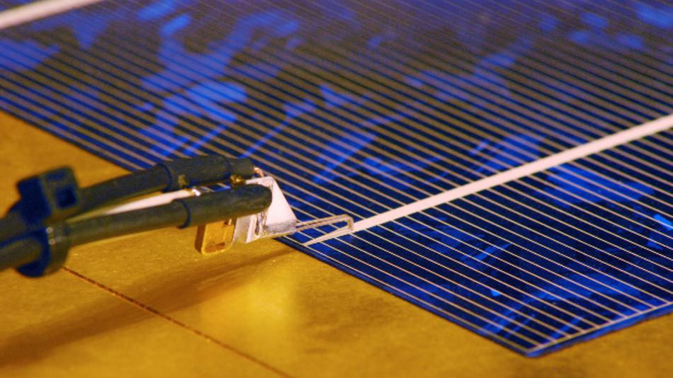 Forschungen wie hier an einer Solarzelle in einem Labor des Fraunhofer ISE werden im neuen Zentrum intensiviert.