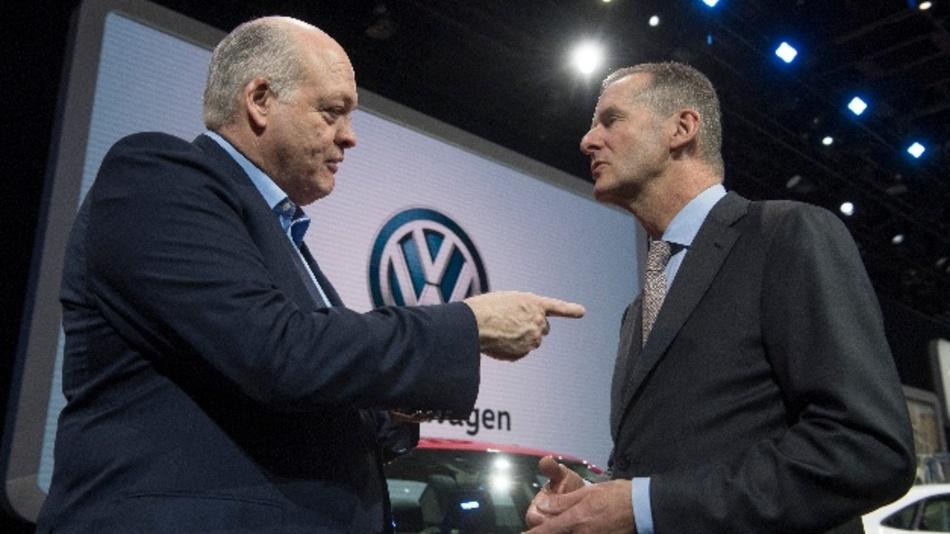 Hackett (l), Vorstandsvorsitzender von Ford und Diess, Vorstandsvorsitzender von VW haben bereits eine Partnerschaft vereinbart - bei Pick-ups und kleinen Nutzfahrzeugen. Nun könnten die Autoriesen ihre Zusammenarbeit ausweiten.