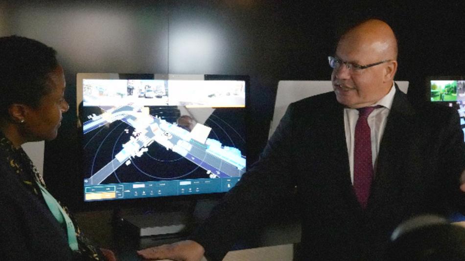 Bundeswirtschaftsminister Peter Altmaier besucht auf seiner US-Reise die Firma Zoox und informiert sich über autonomes Fahren.