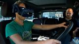 Lkw-Fahrer testen neue digitale Fahrzeugsysteme in einem mobilen Simulator.