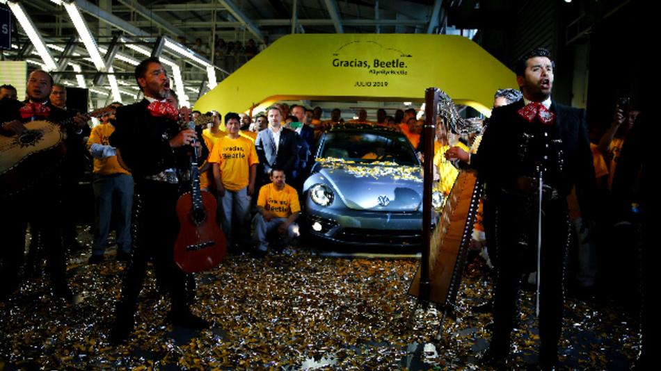 Eine Mariachi-Band singt den mexikanischen Klassiker »Cielito Lindo«, als das letzte Exemplar des in Mexiko produzierten VW-Beetles präsentiert wird. Der letzte Beetle soll in einem Museum ausgestellt werden.