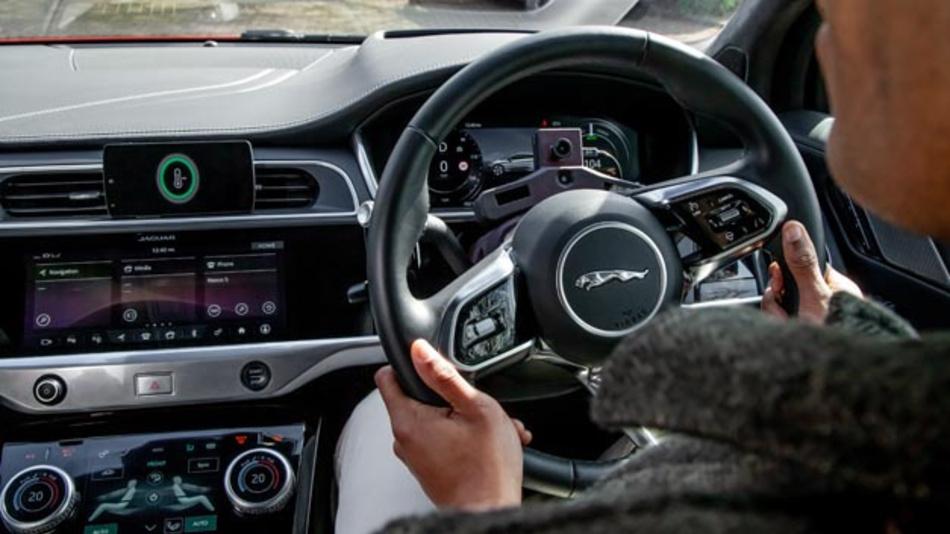 Mit einer auf den Fahrer gerichteten Kamera und biometrischer Sensorik ermittelt Jaguar Land Rover seine Stimmung. Das System arbeitet mit künstlicher Intelligenz, so dass es nach und nach die Vorlieben des Fahrers erlernen und auf die Bedürfnisse reagieren kann.