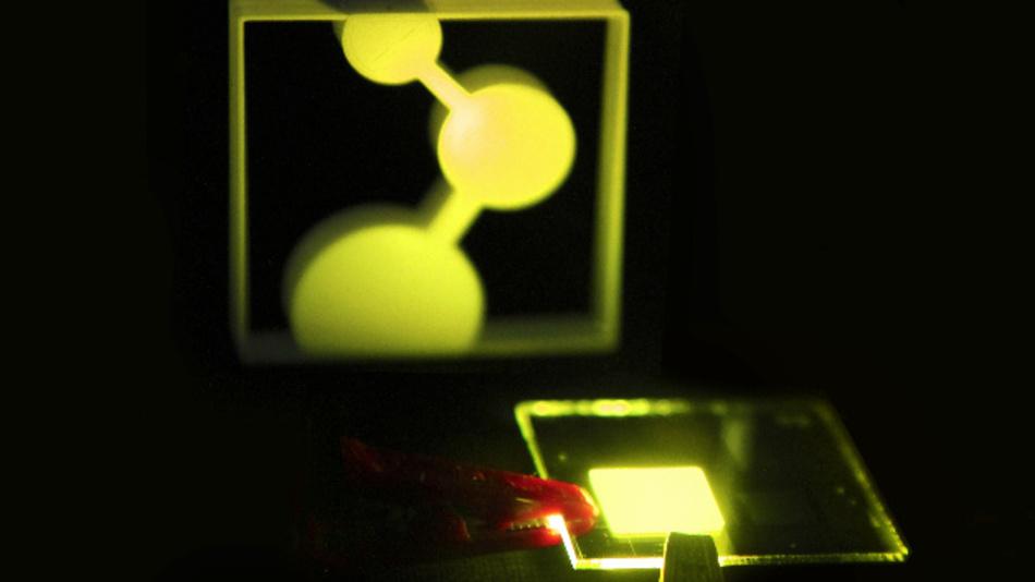 Prototyp der in Mainz entwickelten OLED. Es beleuchtet das Logo des Max-Planck-Instituts für Polymerforschung.
