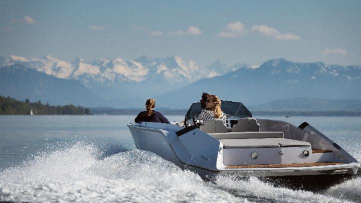 Die leistungsstarke »740 Mirage Air« von Frauscher erlaubt es, Schutzzonen zu befahren und die Natur von einer luxuriösen Yacht aus zu genießen.
