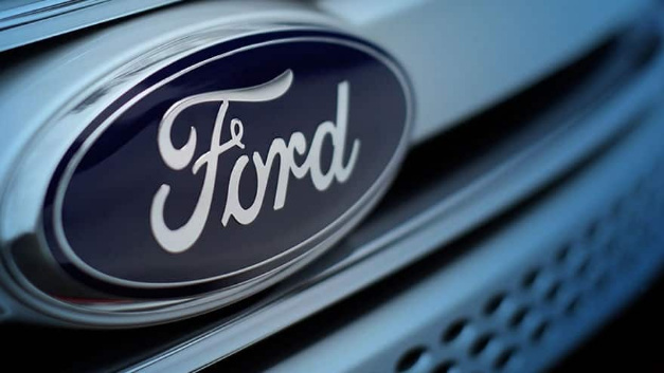 Ford-Logo am Kühlergrill eines Fahrzeugs.