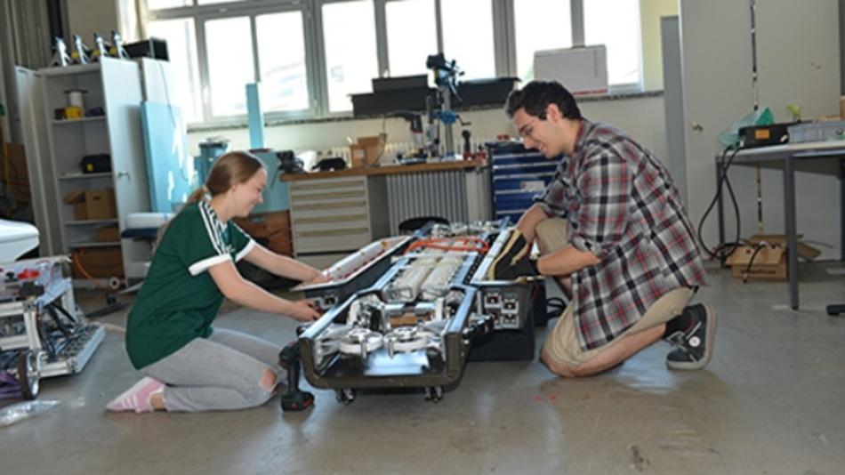 Miguel und Tamara montieren die Elektronik und Steckverbinder am Swissloop Pod.