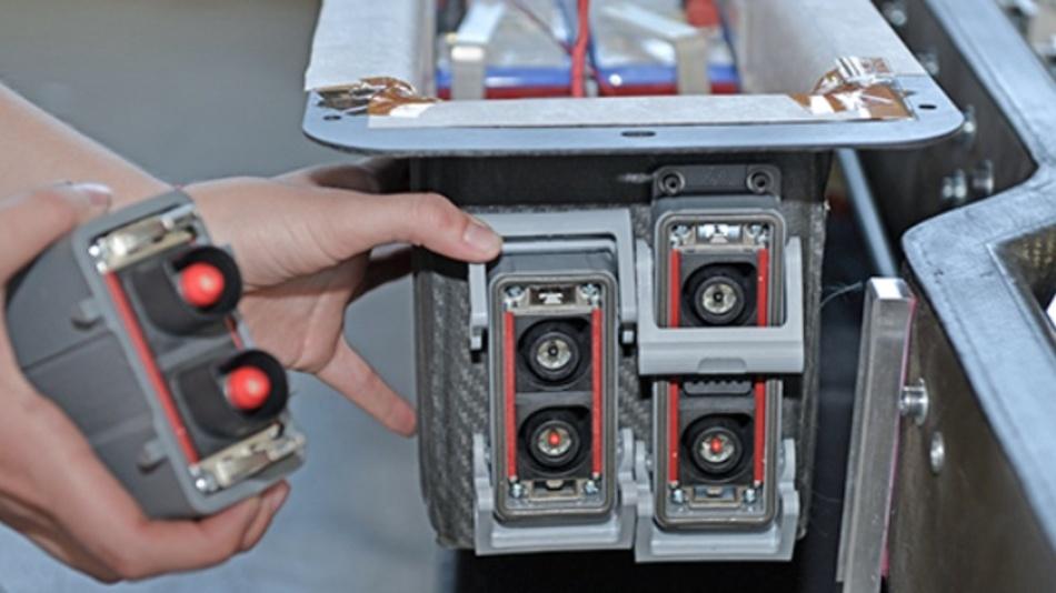 Stäubli CombiTac System wird am Batterie-Paket installiert.
