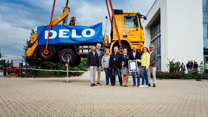 3 Gramm Klebstoff halten ein Gewicht von 17,5 Tonnen: Delo als Rekordhalter wurde offiziell bestätigt.