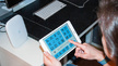 Blick über die Schulter eines Memnschen auf ein Tablet-Display