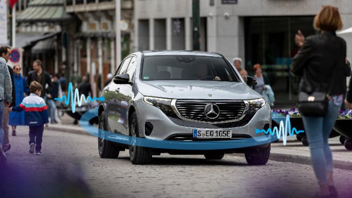 Daimler Elektroauto mit visualisierten Schallwellen