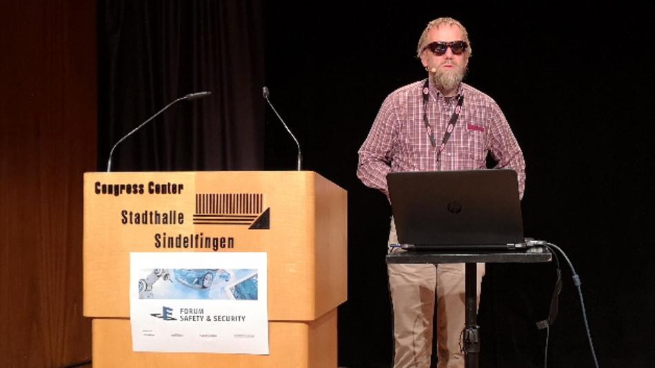 Prof. Nicholas McGuire von OSADL kritisierte  die ISO 26262 als »einen der schwächsten Standards der letzten Jahre, der nicht für komplexe Systeme geeignet ist.«