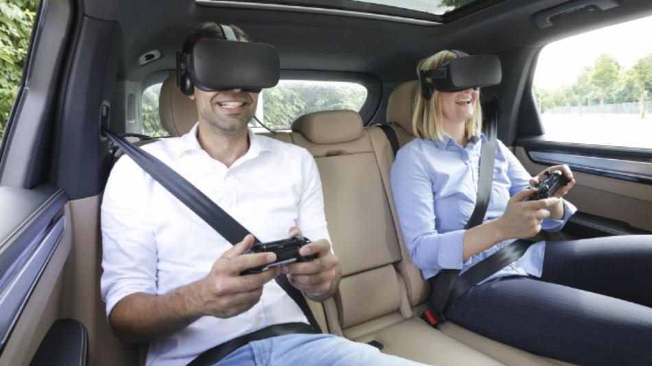 Im Rahmen eines Projekts tauchen Porsche Passagiere durch eine VR-Brille in virtuelle Unterhaltungswelten ein.