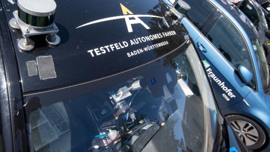 Fahrzeuge, mit denen autonomes Fahren getestet wird, stehen bei einer Veranstaltung des Forschungszentrums Informatik (FZI) nebeneinander.