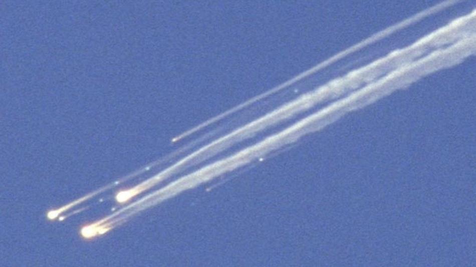 1986: Die US-Raumfähre »Columbia« zerfällt beim Eintritt in die Athmosphäre in großer Höhe über Nordtexas in mehrere Teile.
