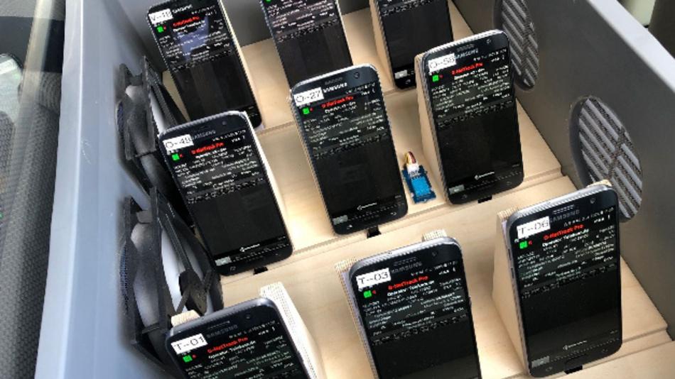 Im Fahrzeuginnenraum befinden sich neun Mobilfunkgeräte – jeweils drei Endgeräte für Telekom, Telefónica und Vodafone.