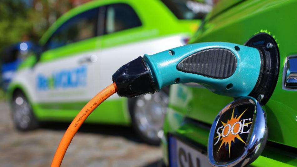 Elektroautos auf Basis des Fiat 500 werden auf dem Gelände des Energieversorgers Wemag an Stromtankstellen aufgeladen.