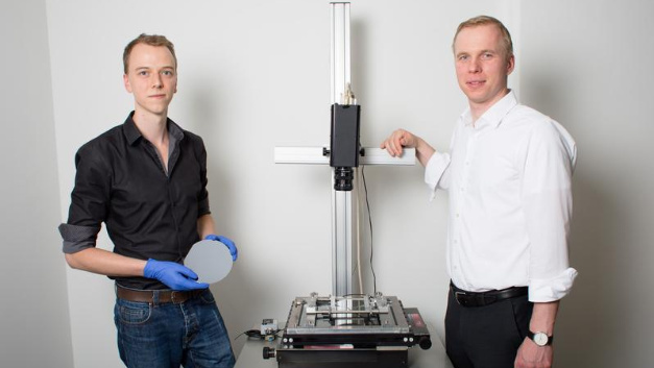 Markus Stöhr (links) und Prof. Stephan Schönfelder am Messgerät für die Spannungsoptik.