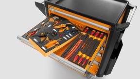 Werkzeuge in Schaumstofflagen im Werkzeugwagen