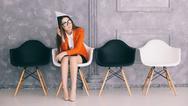 Frau leere Stühle