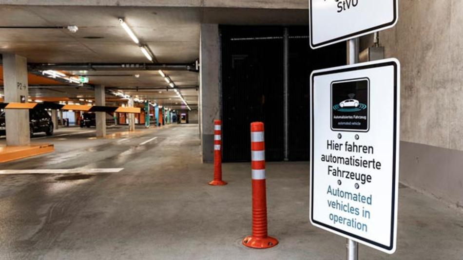 Daimler und Bosch haben den Alltagseinsatz von Automated Valet Parking im Parkhaus des Stuttgarter Mercedes-Benz Museums bewiesen. Das System hat nun die Zulassung erhalten.