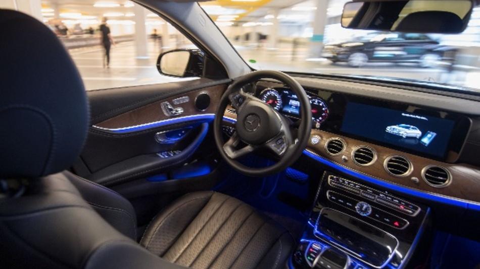 Ein Mercedes-Benz fährt autonom durch ein mit Bosch-Sensoren ausgestattetes Parkhaus.