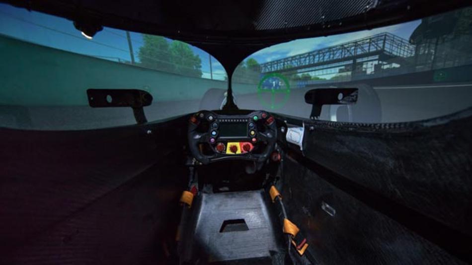 Bei der Formel E fehlt die Zeit, die Rennfahrzeuge ausführlich vor Ort zu testen. Daher findet die Rennvorbereitung auch am Fahrsimulator statt.