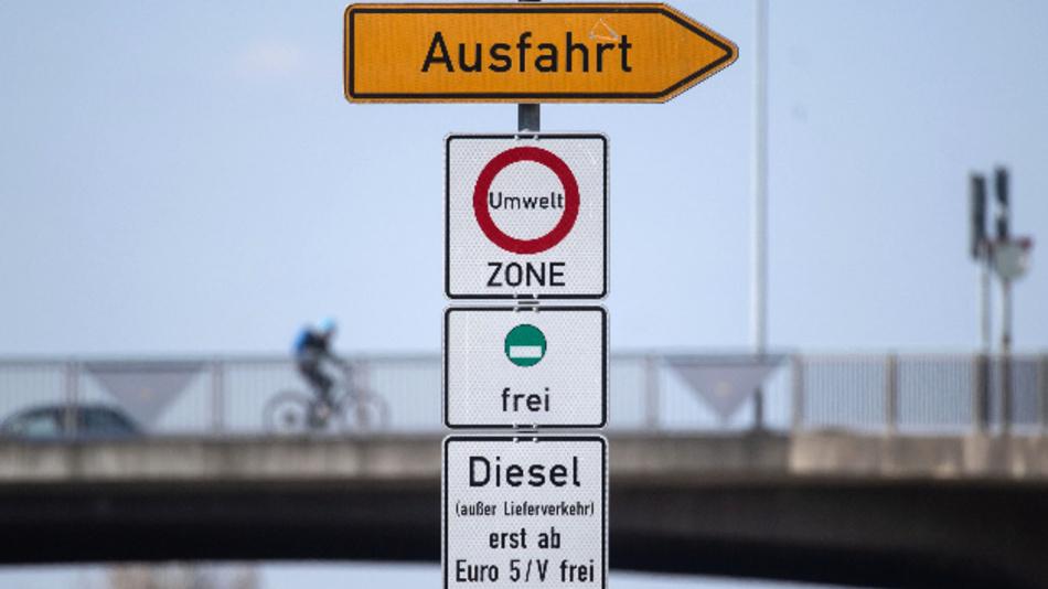 Ein Schild weist auf das Diesel-Fahrverbot für Dieselfahrzeuge unter Euro 5 hin.
