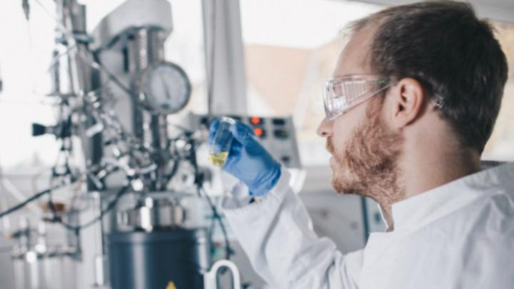 Chemielaborant analysiert Wasserstoffbindung