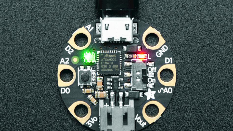 Bild 3. Die »3501 Gemma M0« misst im Durchmesser etwa 25mm und kann Strom über ihren USB-Anschluss oder einen separaten Batterieanschluss erhalten.