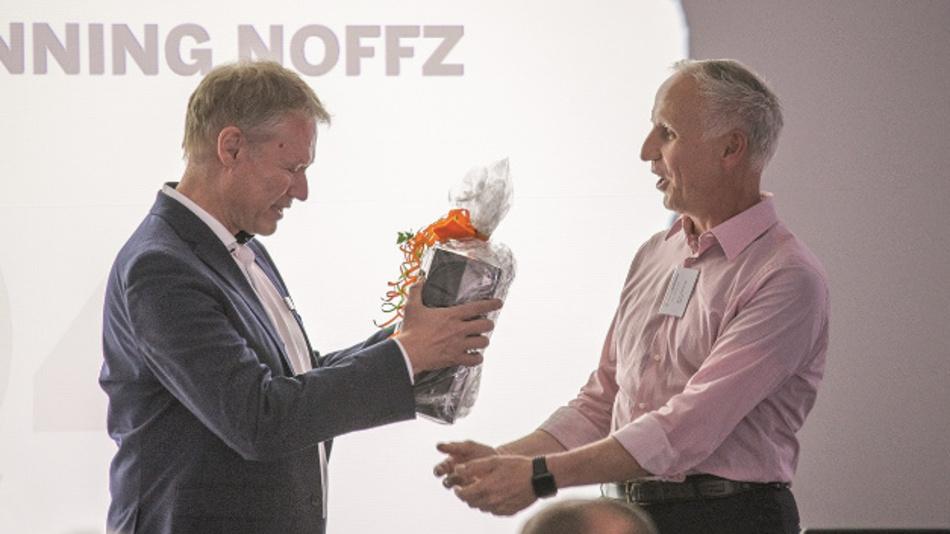 Dr. Dietmar Ley (rechts) bedankt sich bei Dr. Klaus-Henning Noffz (links) für die langjährige Geschäftsführung der Silicon Software GmbH.