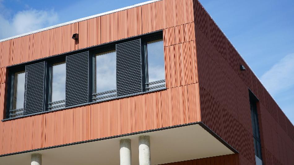 Eine Maßnahme, um Energie zu sparen, sind Jalousien und Schiebeläden, die automatisch für Schatten sorgen (wie hier am neuen Gebäude der Hochschule Landshut).
