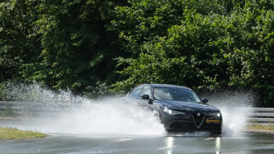 Falls es in der Kurve nass oder glatt ist, erfolgt mit PrevieswESC ein Bremseingriff deutlich früher als bei trockener Fahrbahn.