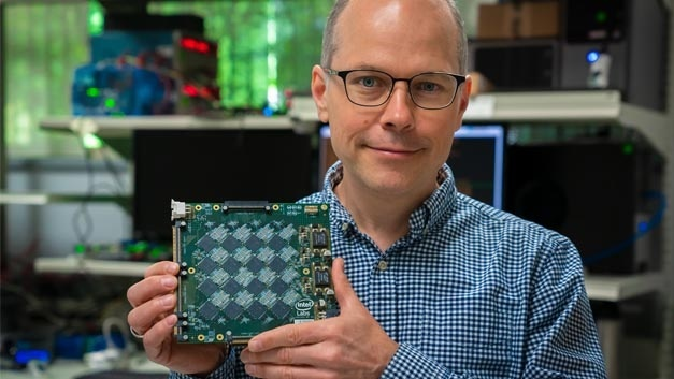 Rich Uhlig, Manager in den Intel Labs, zeigt eines der Boards aus dem neuromorphen System.