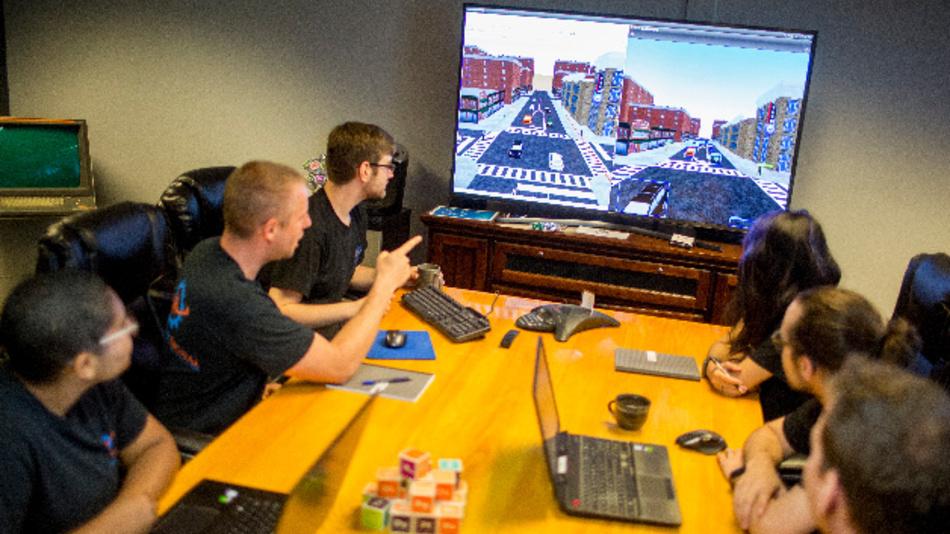 Mitarbeiter von Quantum Signal analysieren die Simulation einer Verkehrssituation.