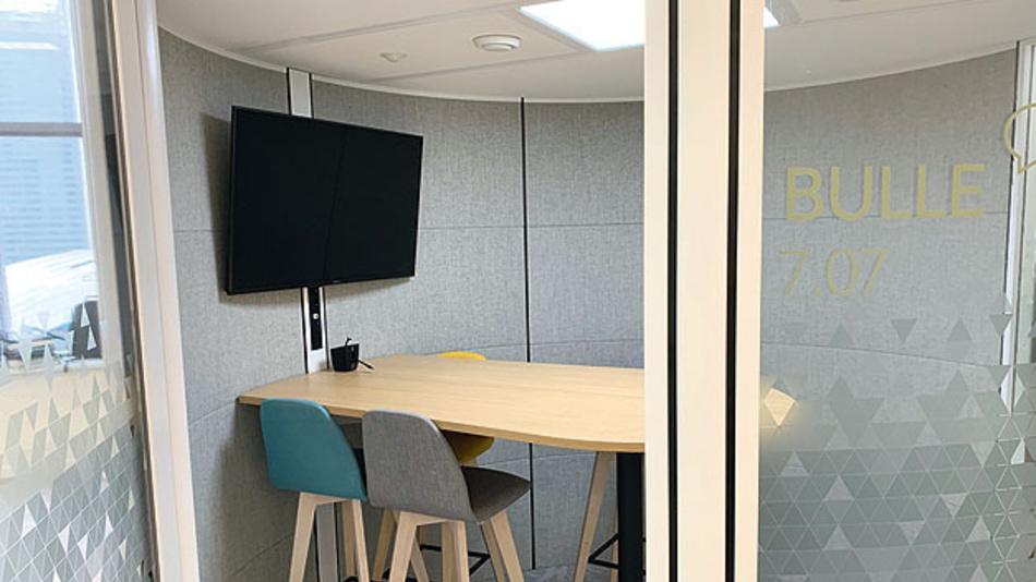 Bild 2.Ein Huddle Room ist ein kleiner Meetingraum für kleine Teams, der zusätzlich für Präsentationen, Videokonferenzen und Kundengesprächen genutzt werden kann.